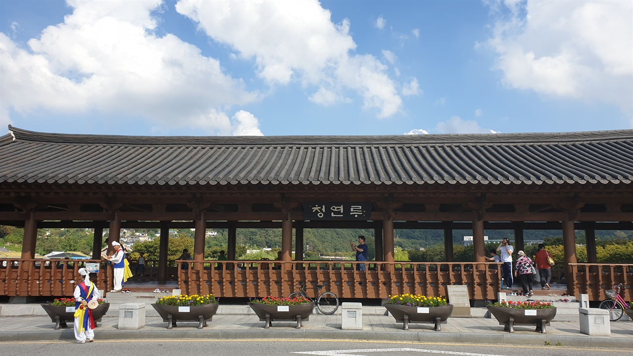 무지개 다리 형태의 교각 위에 올려진 전통한옥 형태의 청연루는 한옥마을에 걸맞는 휴식공간으로 자리매김하고 있다.