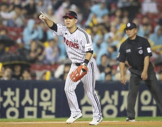 포스트시즌에서 내야 지휘관 역할을 맡고 있는 LG 김민성