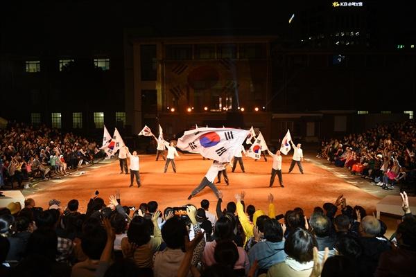 관객들이 극중에 3.1만세운동 장면이 나오자 함께 만세를 불렀다.
