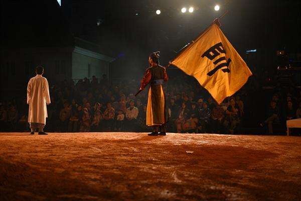 옛 충남도청사 특설무대 중앙에는 25톤 트럭 7대 분량의 황토를 깔아 강도 일본에게 빼앗긴 땅과 정신을 상징화했다. 이 황토 마당은 이번 공연의 주 무대가 되었다. 3마당 '영웅이야기'의 한 장면.