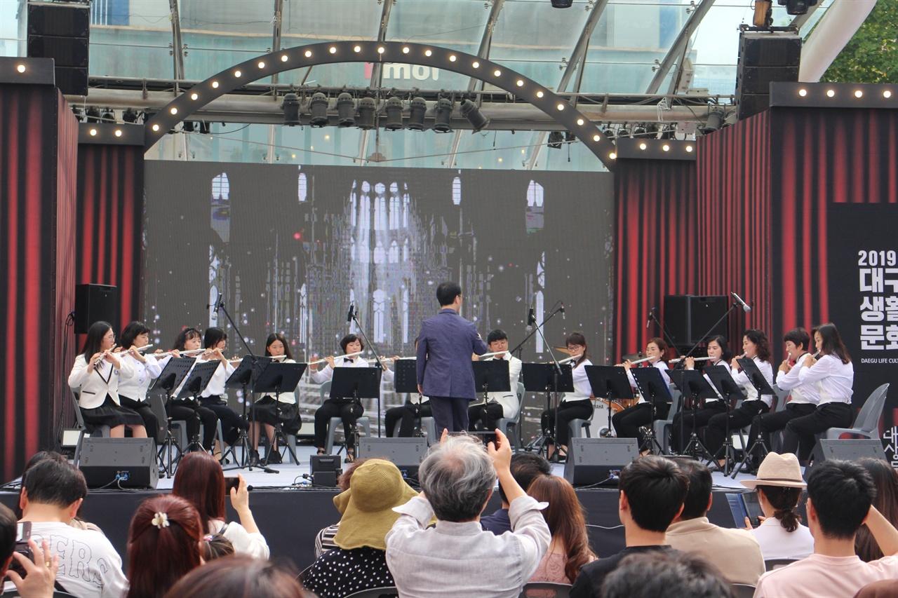 그레이스플루트오케스트라 공연 모습이다. 아마추어 연주가들이 모여 연주하고, 이 실력을 갖고 종종 양로원, 불우한 시설에 봉사활동에 참여하고 있다고 한다.