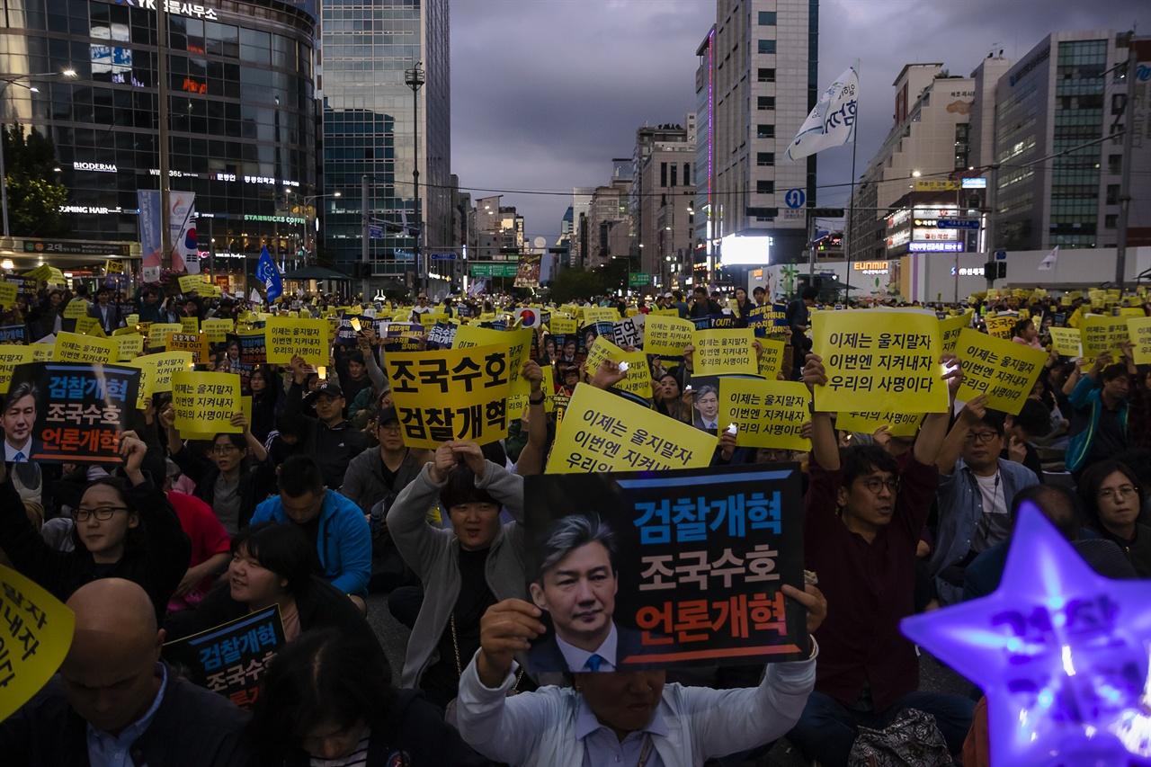 '제8차 사법적폐청산을 위한 검찰개혁 촛불문화제' 에 참석한 시민들이 손피켓을 들고 외치고 있다.