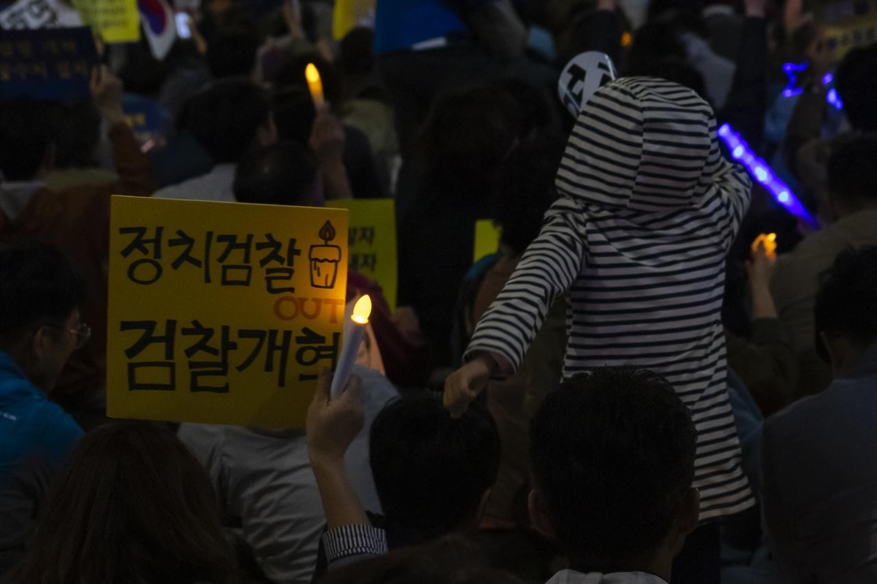 '제8차 사법적폐청산을 위한 검찰개혁 촛불문화제' 에 가족과 함께 참석한 시민이 정치검찰OUT, 검찰개혁이라는 피켓을 들고 있다.