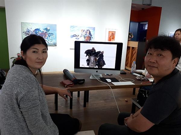지난달 여수미술관에서 열린 2019 몽골 초대작가 교류전에 작품 26점을 들고 방한한 바양울기 시립박물관장 아자마트 아리사울(좌측)이 다큐멘터리 작가 성준환 PD(우측)가 제작한 몽골 다큐멘터리 작품을 들여다 보고 있다.