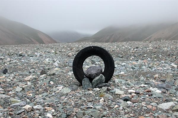 몽골 성산 중 하나인 '수타이산'으로 가던 중 보았던 모습이다. 일행을 안내했던 몽골인의 설명에 의하면 타이어를 이렇게 세워놓으면 양을 잡아먹으러 내려왔던 늑대들이 인간이 세워둔 조형물을 두려워한다고 한다.