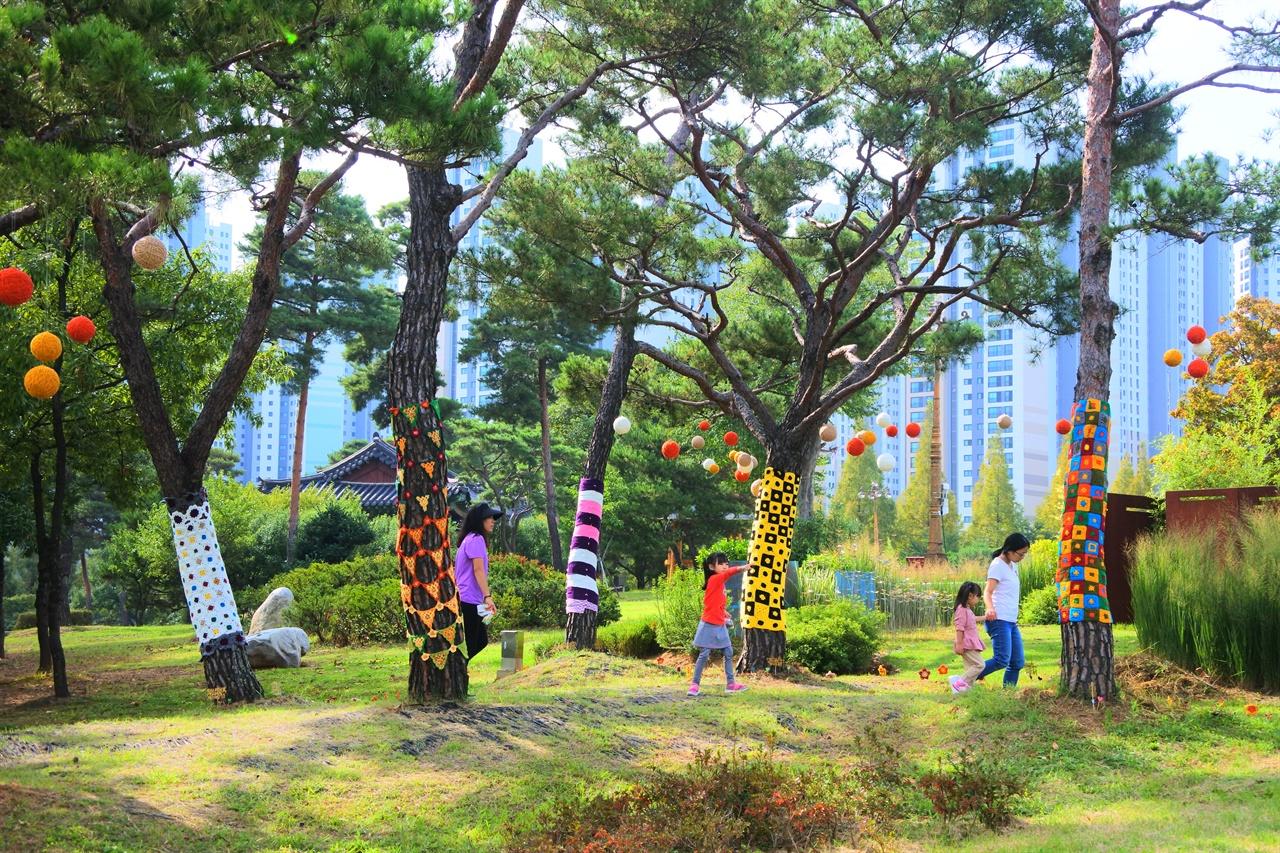 번짐1 세월호 엄마들과 시민들의 그리움을 담은 뜨개전시 <번짐>이 개최해 시민들이 참여하고 있다.