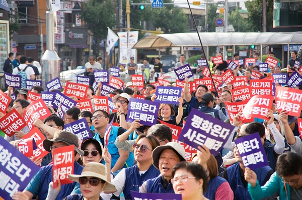 언제나 그랬듯, 김천역 평화광장에서의 집회는 참가자 수와 무관하게 매우 낙천적인 분위기속에 진행되었다.