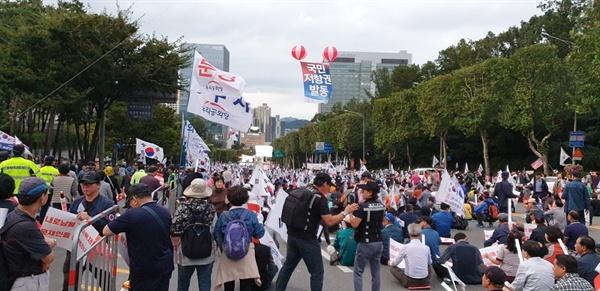 우리공화당 집회 국립중앙도서관 앞 도로에서 '조국 구속' 등을 외치고 있는 투리공화당 집회 참가자들
