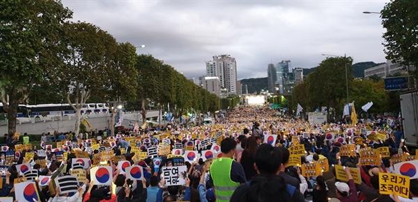 대검찰청 앞 집회 '검찰 개혁' 등을 외치며 모인 시민들, 이 시각 정경심 교수는 검찰 조사를 받고 있었다.