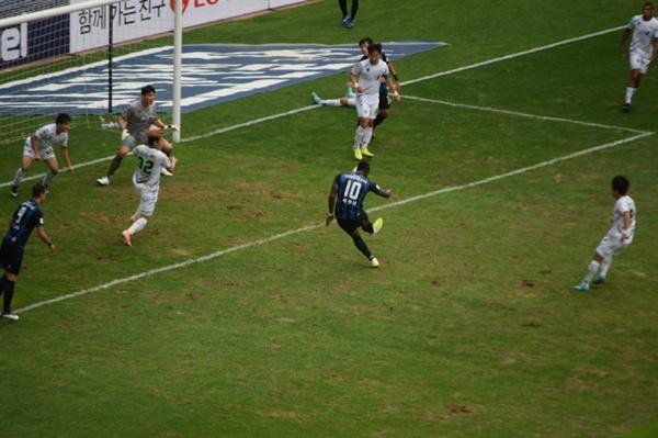 89분, 인천 유나이티드 교체 선수 케힌데가 정동윤의 크로스를 받아 오른발 발리슛을 날리는 순간