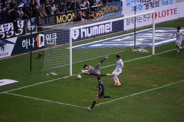 53분, 인천 유나이티드 골잡이 무고사가 찬 왼발 슛을 전북 현대 골키퍼 송범근이 아슬아슬하게 막아내는 순간