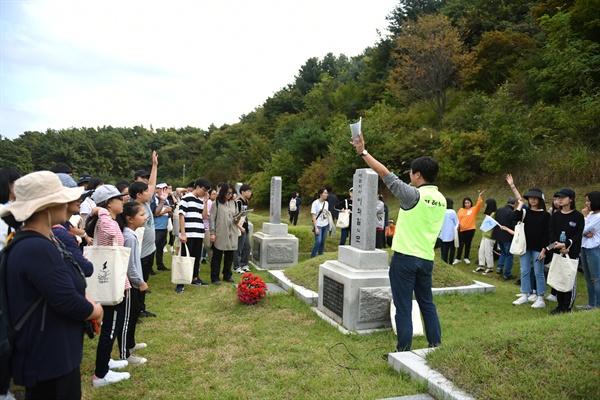 애국지사 1묘역을 찾은 참가자들은 영화 '봉오동 전투'에서 류준열이 배역을 맡은 이장하 분대장의 실제 모델, 이화일 지사의 이야기를 들었다. 오른쪽 묘비가 이화일 지사의 묘비다.
