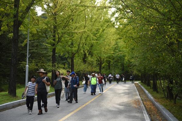 '제2회 이야기가 있는 현충원 평화둘레길 걷기' 행사가 6일 오후 2시부터 5시까지 대전현충원에서 진행되었다. 현충원을 걷고 있는 참가자들.