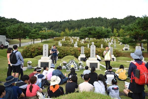 '제2회 이야기가 있는 현충원 평화둘레길 걷기' 행사의 마지막은 곽낙원 지사와 김인 지사가 묻혀있는 애국지사 2묘역이었다. 이곳에서 참가자들은 '독립운동가들이 꿈꾼 나라'에 대한 이야기를 들었다.