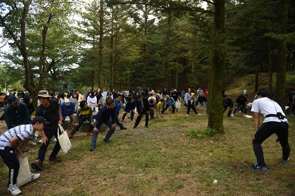 '제2회 이야기가 있는 현충원 평화둘레길 걷기' 참가자들이 본격적인 걷기에 앞서 몸풀기 운동을 하고 있다.