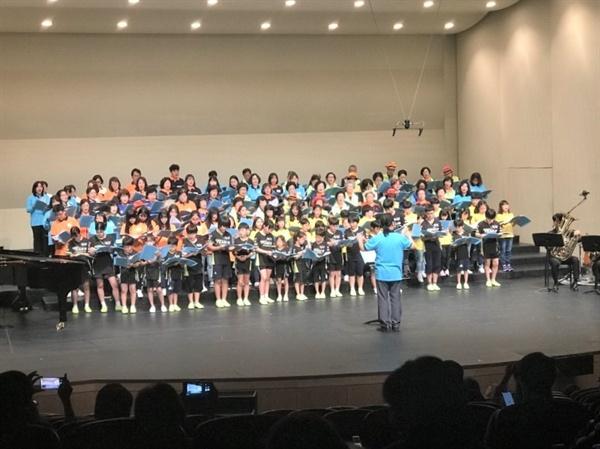 """""""마을을 사랑하는 마음, 노래에 담았어요"""" '일동패밀리 100인합창단'은 지난 5일 안산문화예술의전당 달맞이극장에서 3번째 공연을 가졌다."""
