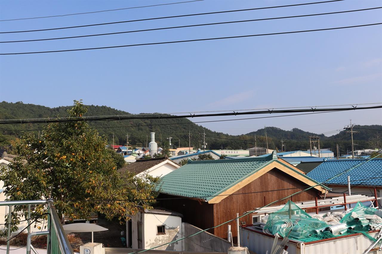 태양마을 경로당 옥상에서 바라본 마을 전경. 마을 한가운데에 공장이 떡하니 자리 잡고 있다.