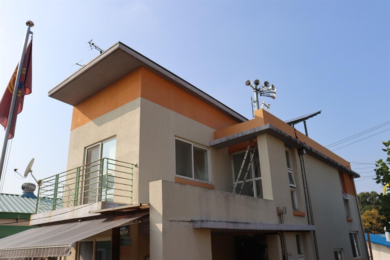 덕암동 경로당 위에도 태양광패널이 설치돼 있다.