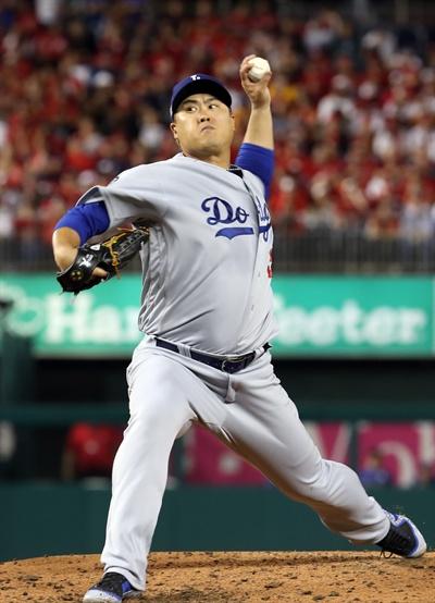 6일(현지시간) 오후 워싱턴 D.C. 내셔널스파크에서 열린 미국프로야구 메이저리그(MLB) 내셔널리그 디비전시리즈 3차전 로스앤젤레스 다저스와 워싱턴 내셔널스와의 경기. 류현진이 힘차게 공을 던지고 있다.