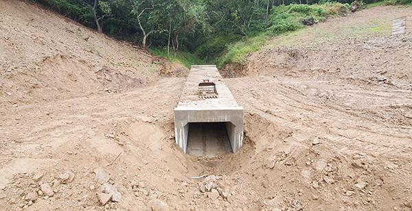 충남 예산군이 상수도배수지를 설치하고 있는 산사태취약지역. 깎아지는듯한 절개사면이지만 태풍이 불어오던 당일까지 안전시설은 찾아볼 수 없었다.