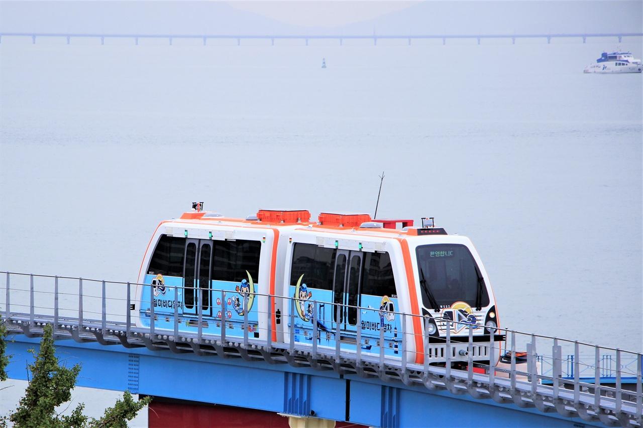 월미바다열차가 서해바다 바로 옆을 지나가고 있다.