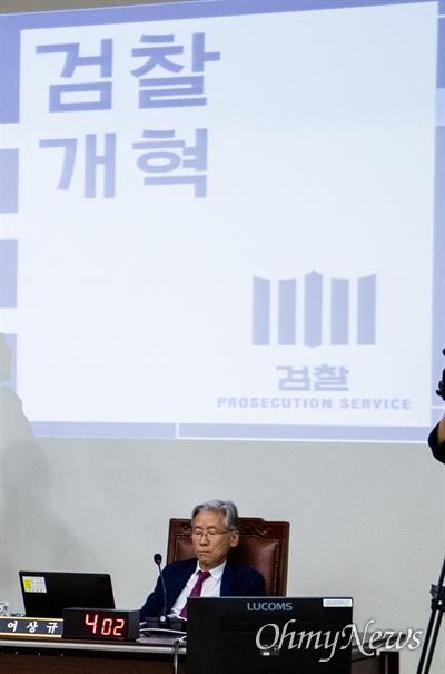 법사위원장 여상규 자유한국당 의원이 7일 오후 서울 서초구 고등검찰에서 열린 검찰국정감사에서 눈을 감고 있다.