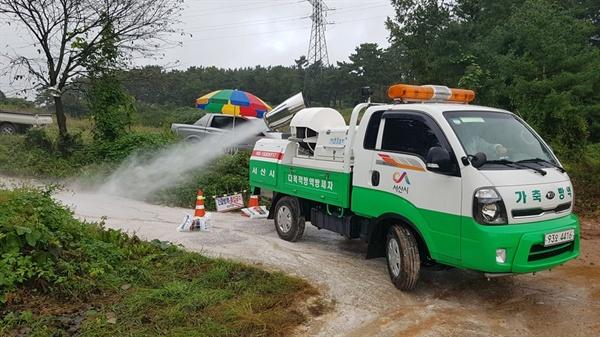 이날 비가 내리는 관계로 평소보다 많은 양의 소독을 하면서, 6 농가 소독이 끝나자 방역 차량 900ℓ의 물이 다 소진됐다.