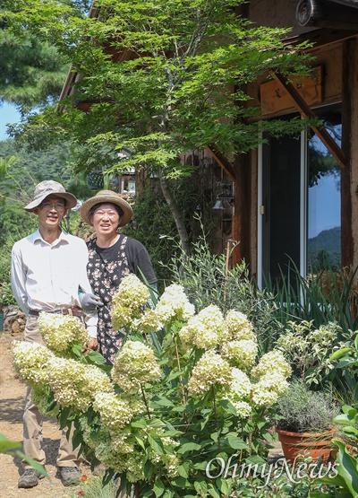 강원도 영월군 북면에서 '내 마음의 외갓집'을 운영하는 아내 김영미씨, 남편 임소현씨.