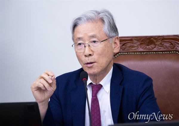 법사위원장 여상규 자유한국당 의원이 7일 오후 서울 서초구 고등검찰에서 열린 검찰국정감사에서 신상발언을 하고 있다.