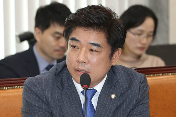 질의하고 있는 더불어민주당 김병욱 의원