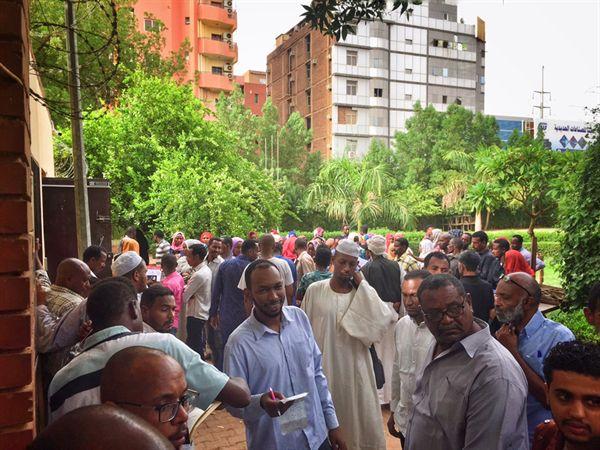 수단 수도 카르툼 에티오피아 대사관에서 비자를 받기 위해 줄을 선 사람들