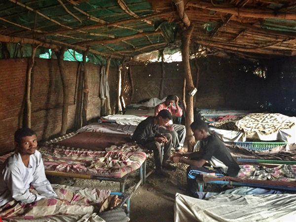 수단 갈라밧 국경의 천막 숙소. 하루 비용은 50수단 파운드(약 900원). 이른 아침 숙소에 온 국경 환전상이 수단 파운드를 에티오피아 비르로 바꿔 준다