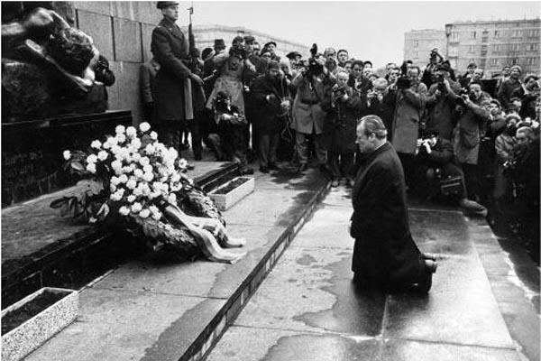 폴란드 유태인 게토 기념비 앞에서 무릎 끊은 빌리 브란트 총리.