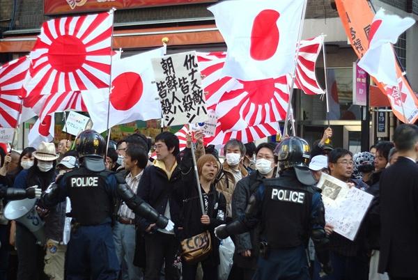 """도쿄에서 열린 재특회의 시위 사진. """"조선인은 몰살""""이라고 적힌 플래카드를 내걸고 있다."""