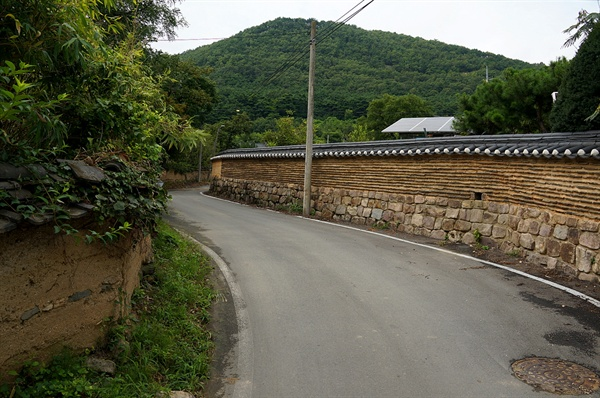 가일마을 담 우아하게 휘어진 담이 마을 옛집으로 안내한다. 오른쪽 담 너머에 있는 밭이 권오설 집으로 알려져 있다.