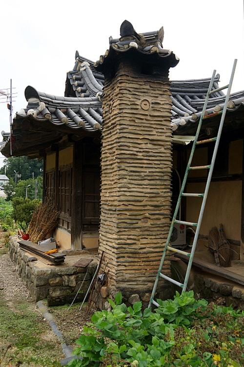 남천고택 굴뚝 굴뚝 치레하는데 정성을 다했다. 암키와와 흙을 번갈아 켜켜이 쌓아 멋을 낸 두툼한 굴뚝이다. 주름진 마을담과 잘 어울린다.