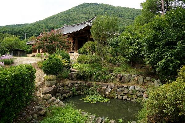 권성백고택   앞뜰에는 연못이 있고 주변에 회화나무가 자라고 있는 풍치 좋은 집이다.  서쪽 옆으로 비켜서 야유당을 보는 경치가 제일 좋다.