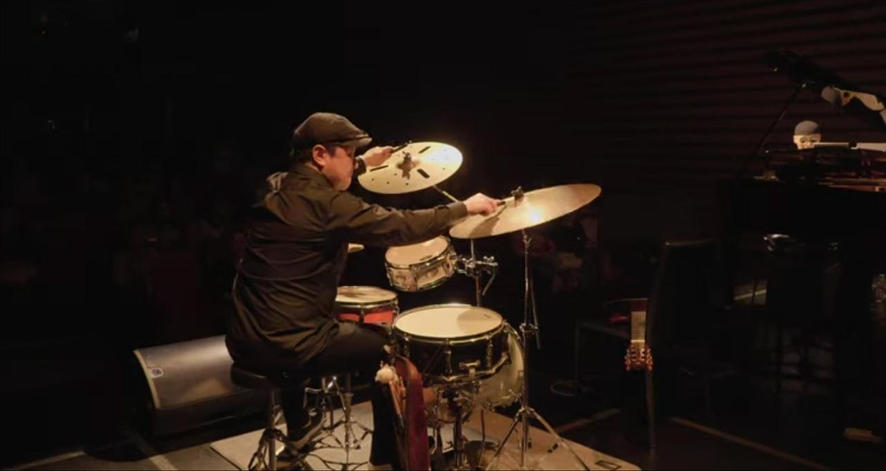 그가 무대 위에서 드럼을 세팅하는 동안 나는 무대가 잘 내려다보이는 2층의 한 테이블에 자리를 잡았다.