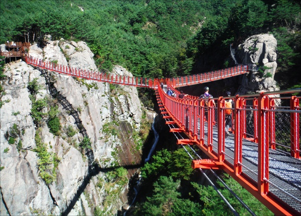 완공된 거창 우두산 출렁다리. 독특한 Y자형 다리로 내년 봄에 개통될 예정이다. 운 좋게도 잠시 걸을 수 있는 선물 같은 시간을 가졌다.