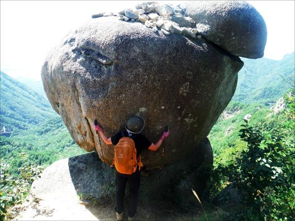 거창 우두산(1046m) 산행 길에는 기기묘묘한 바위들이 많아 지루하지가 않다.