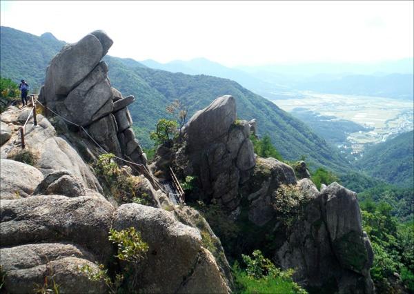 기암괴석으로 재미가 쏠쏠했던 우두산 산행 길에서.