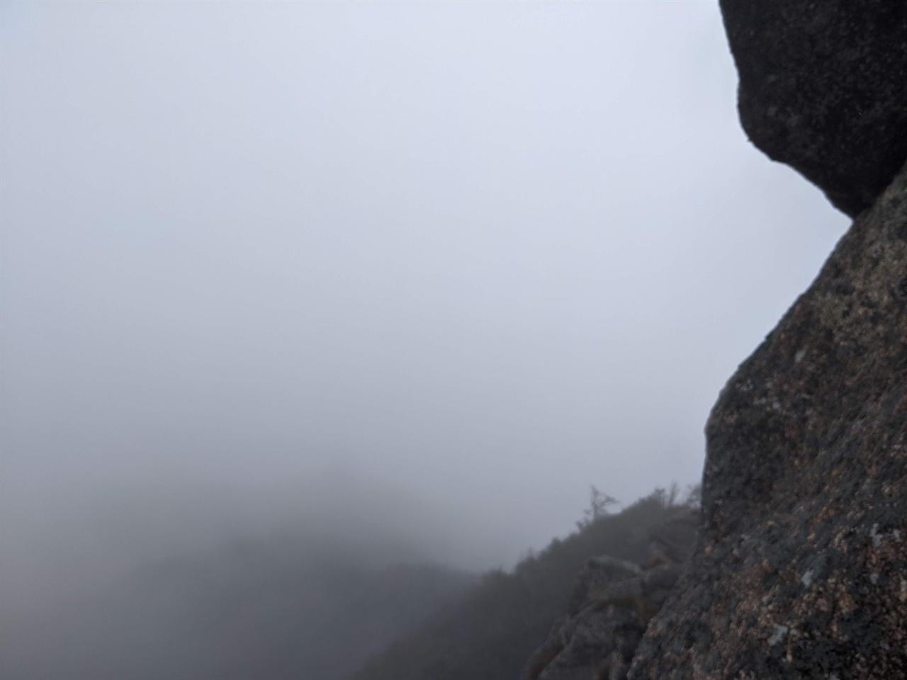대암산 정상에서 바라본 경관 물안개가 시야를 가려 희미한 산등성이만 보인다.