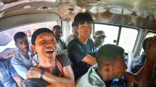 에티오피아 강도 사건 다음 날, 아와사에서 딜라를 거쳐 야벨로로 가는 미니 버스 안에서. 생명의 은인, 여행자 친구 정대호 씨와 함께. 그토록 험한 일을 당했음에도, 우리는 왜 웃을 수 있는 것일까