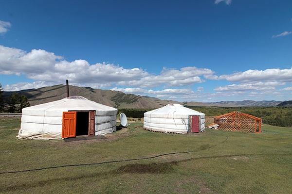 펠트를 씌워 놓은 몽골의 주거지인 게르(좌측)와 펠트를 씌우기 전의 게르 모습(맨 우측). 설치와 철거 및 이동이 간편한 친환경적인 주거형태이다.