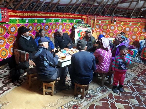 몽골서쪽 끝 타왕복드산에 오른 후 카자크족 유목민인 유르트에 초대를 받아 대가족이 사는 유목민집에서 식사를 하던 모습이다.