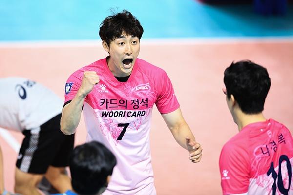 프로 원년부터 한 팀에서만 활약했던 하현용은 자신의 16번째 시즌을 우리카드 유니폼을 입고 치른다.