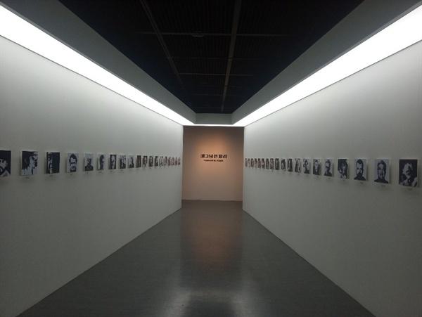 제1전시실 프롤로그 전시실 입구를 수놓은, 매그넘 포토스 40명 멤버의 초상사진