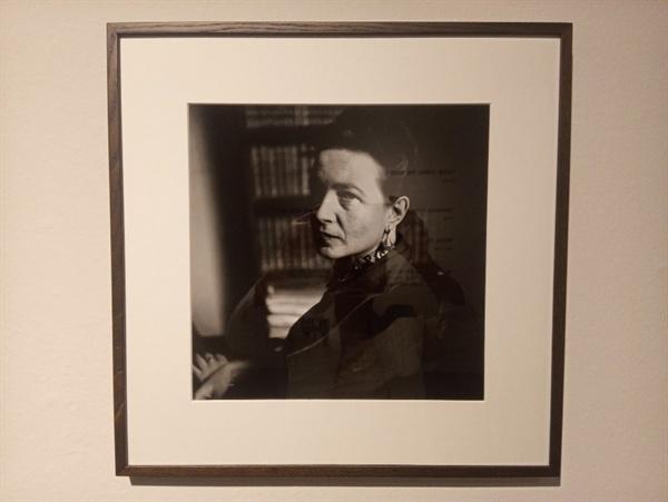 시몬드 보부아르Simone de Beauvoir 엘리엇 워윗Elliott Erwitt의 특별 기획된 공간에 전시된 시몬드 보부아르의 초상사진