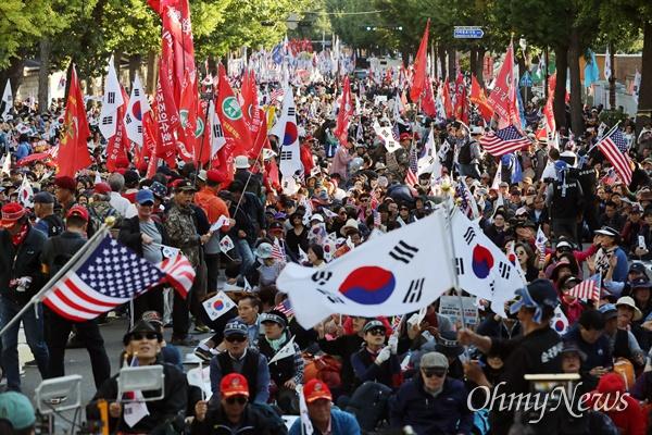 9일 오후 서울 종로구 광화문 광장 일대에서 열린 '문재인 하야 범국민 2차 투쟁대회' 참가자들이 청와대 앞까지 행진해 태극기와 성조기를 흔들며 구호를 외치고 있다.