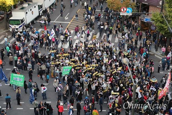 9일 오후 서울 종로구 광화문 광장 일대에서 열린 '문재인 하야 범국민 2차 투쟁대회' 참가자들이 청와대 앞까지 행진하고 있다.